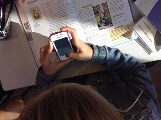 Anne photographie le texte à apprendre par coeur