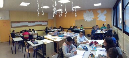 les groupes et au centre les manuels scolaire